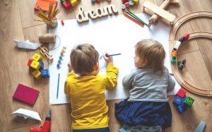 діти з олівцями та фломастерами