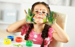 дівчинка з красками школярик